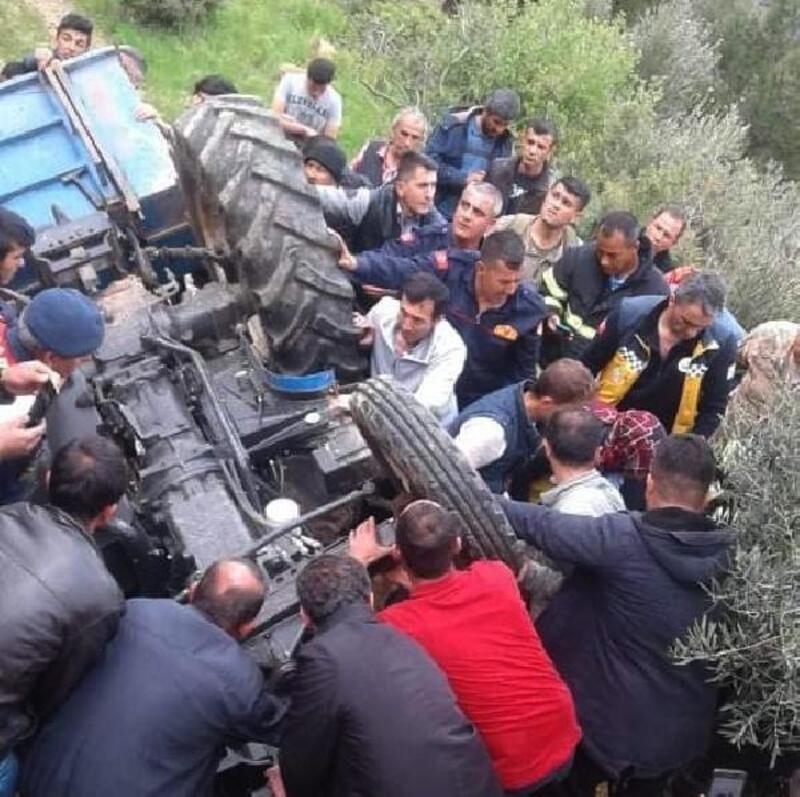 Traktör devrildi, onlarca kişi sürücüyü çıkarmaya çalıştı