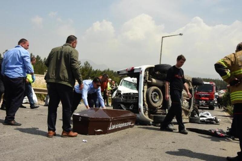 İzmir'de piknik yolunda kaza: 4'ü çocuk 7 ölü, 1 yaralı - Yeniden