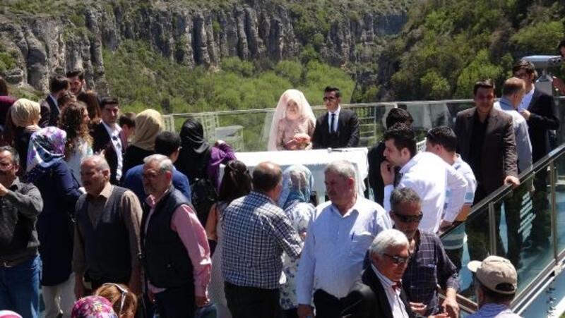 Nikahları 80 metre yükseklikteki cam terasta kıyıldı