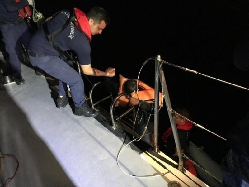 Sahil Güvenlik, boğulmak üzere olan kaçakları kurtardı