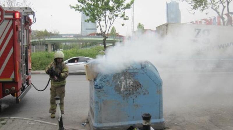 Kartal'da çöp kutusundaki yangında etrafa yayılan koku paniğe neden oldu