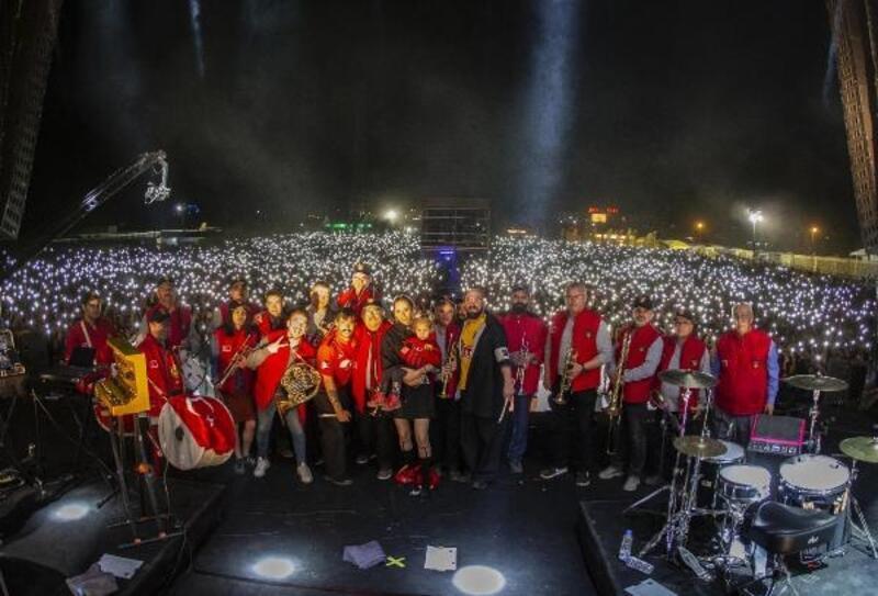 Bando EsEs ve dünyaca ünlü Kadebostany grubu aynı sahnede