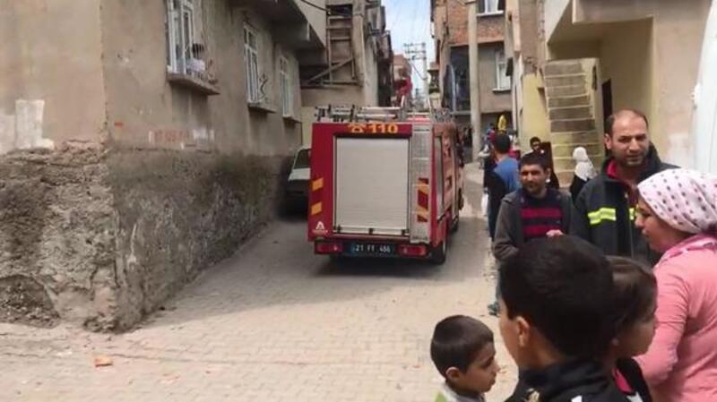 Müstakil evdeki yangında 2 kişi dumandan etkilendi