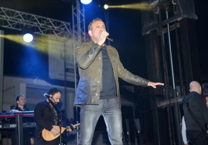 Haluk Levent, konserinde domates kralı seçildi