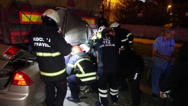 Otomobil emniyet şeridindeki TIR'ın altına girdi: 2 ölü