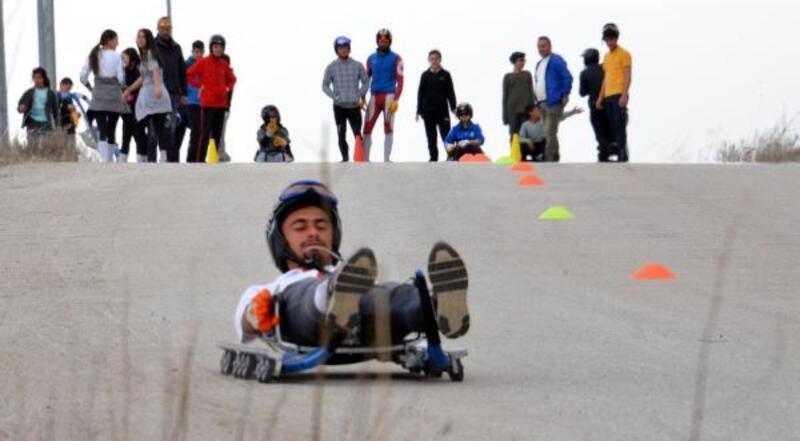 Kızak takımı, kar olmayınca karayolunda antrenman yapıyor