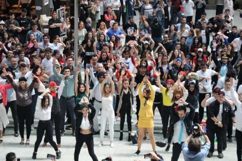 Sabiha Gökçen'de 500 kişilik dans şovu