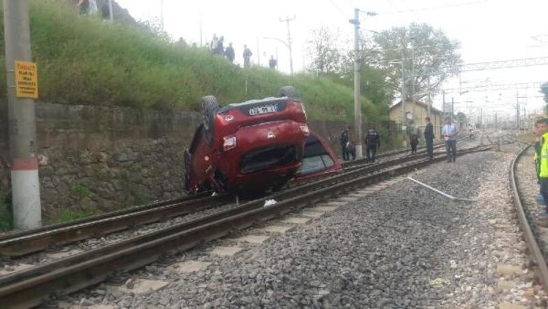 Kontrolden çıkan otomobil, demir yoluna uçtu