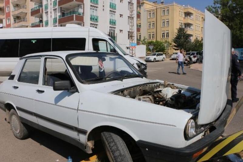 Minibüs ile çarpışan otomobildeki çift yaralandıı
