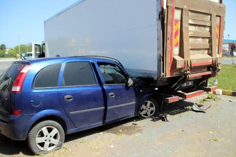 Otomobil, kamyonun altına girdi: 3 yaralı