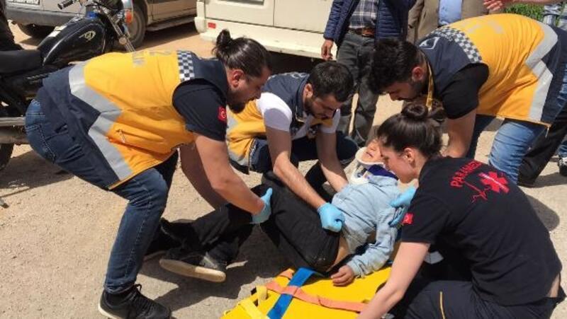 Kazada bacağında kırıklar oluşan Mustafa, sedyeye alınırken ağladı