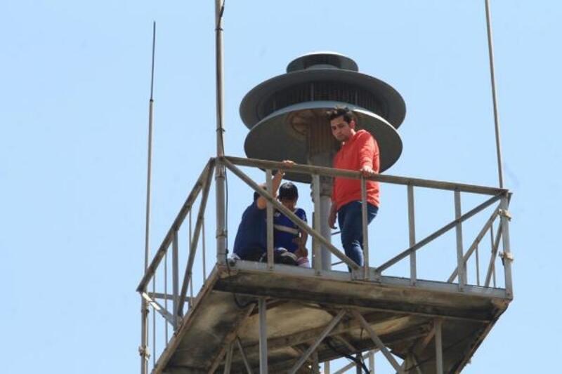 30 metrelik kuleye çıkan çocuk, itfaiye aracıyla indirildi