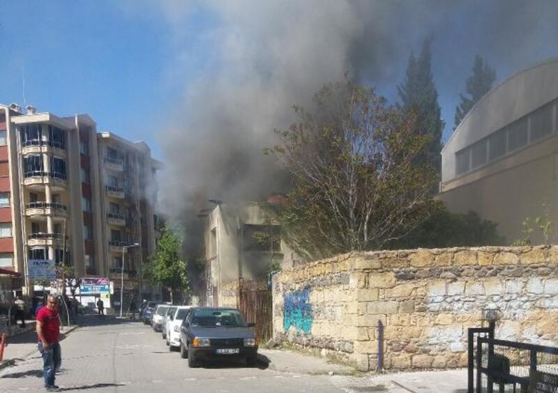 Edremit'te, metruk binada yangın
