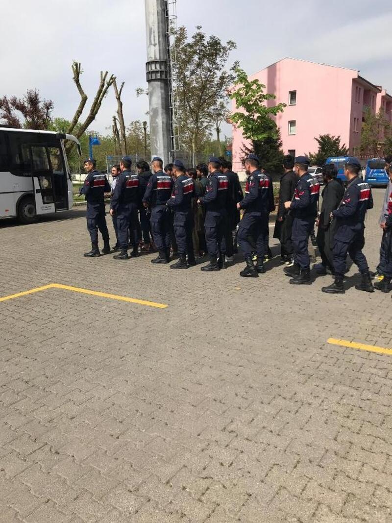 Düzce'de hurdacılarda çalışan 35 Afgan yakalandı
