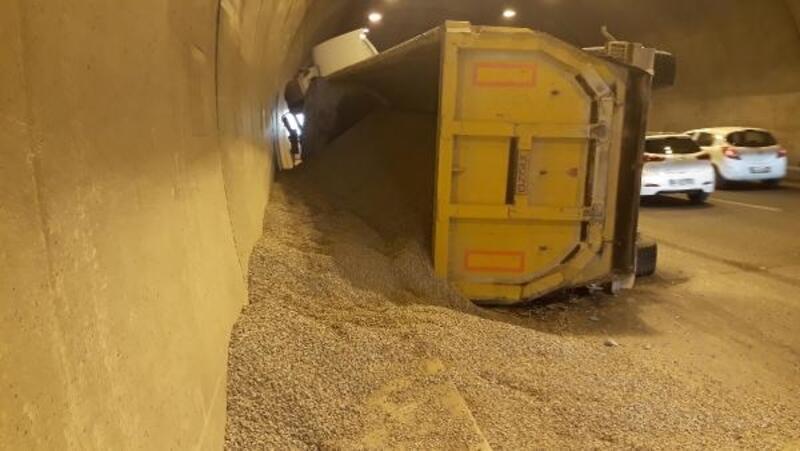 İzmir'de, tünelde kamyon devrildi