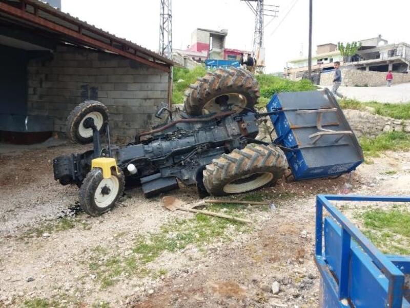 Besni'de trakör devrildi: 2 yaralı