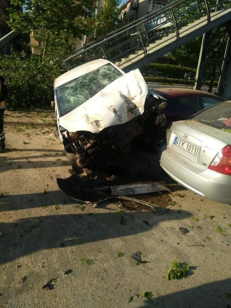 Otomobil direğe, ağaçlara ve park halindeki araçlara çarptı: 2 yaralı