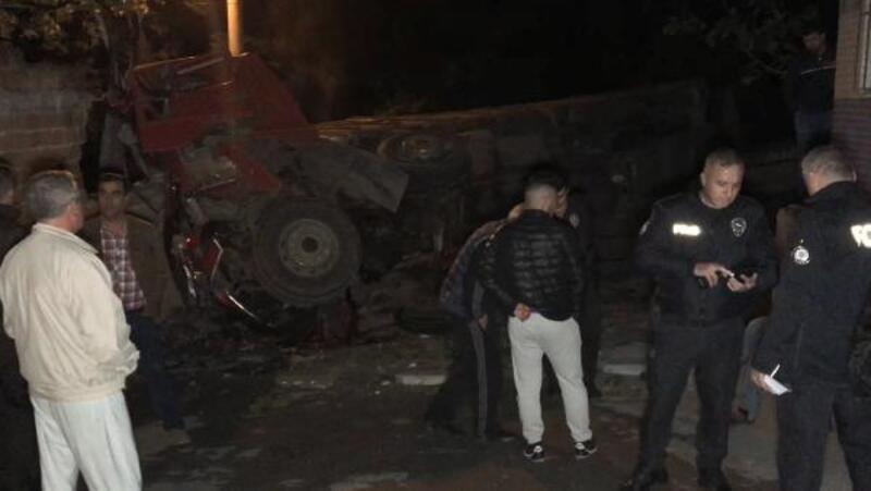 Freni boşalan tuğla yüklü kamyon, eve çarpıp yan yattı: 1 yaralı