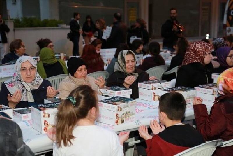 2 bin Ataşehirli aynı sofra etrafında iftar yaptı