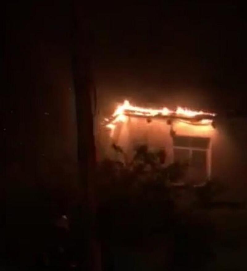 Ordu'da yıldırım düşen evin çatısı yandı
