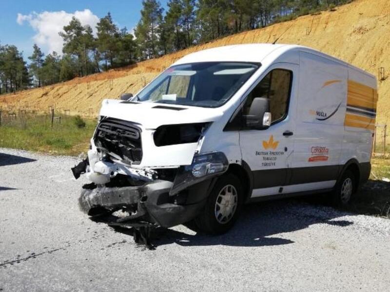 Muğla'da minibüs ile otomobil çarpıştı: 2 yaralı