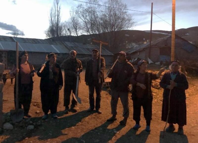 Evleri zarar gören köylülerin ayı nöbeti