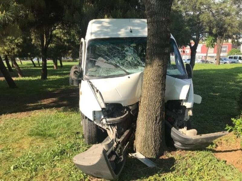 Servis aracı ağaca çarptı: 3 yaralı