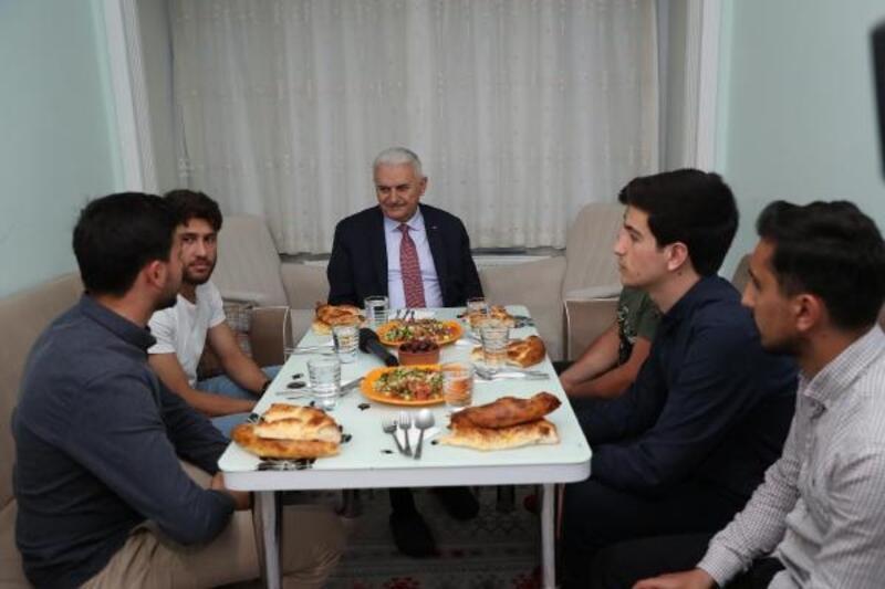 Binali Yıldırım öğrencilerle iftar yaptı