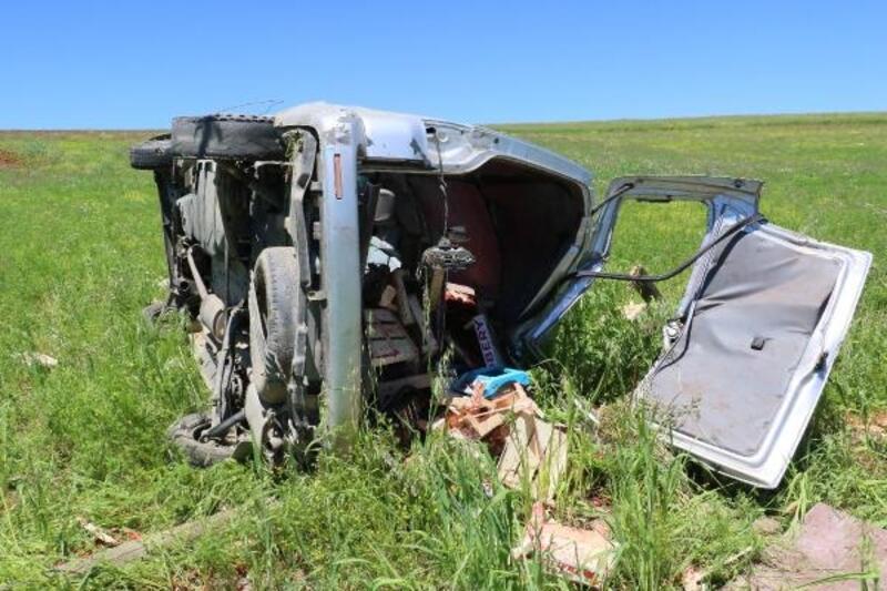 Silvan'da çilek yüklü araç takla attı: 4 yaralı
