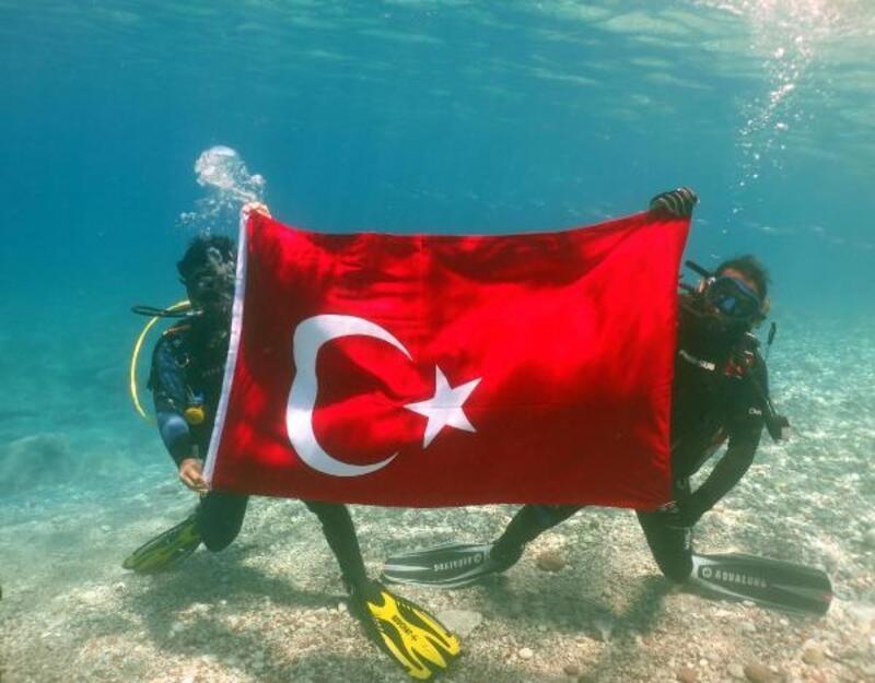 Dalgıçlardan deniz dibinde '19 Mayıs' kutlaması