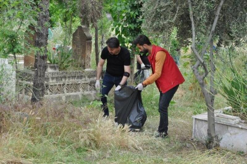Sosyal medyada örgütlenip, mezarlık temizliği yaptılar