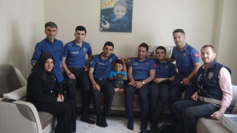 Polisler, tableti çalınan Muhammet'i yeni tablet alarak sevindirdi