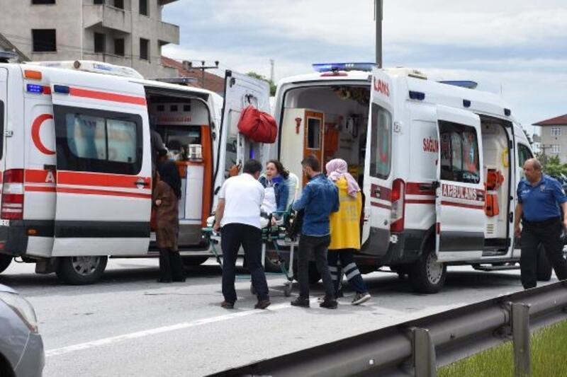 Hendek'te 3 araç çarpıştı: 6 yaralı