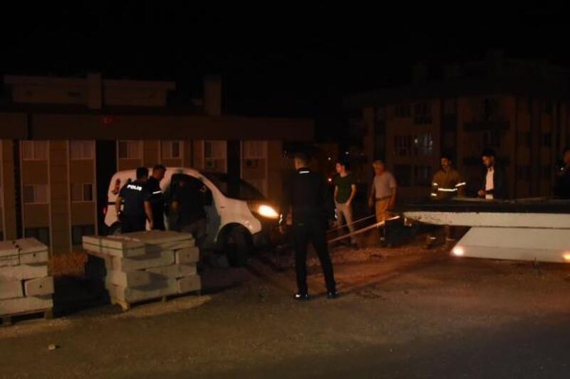 Sürücüsünün içinde uyuduğu araç, hareket edip şarampolde asılı kaldı