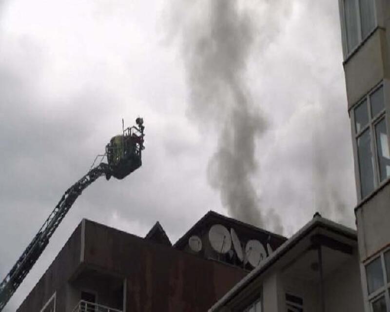 Tuzla'da çatısına yıldırım düşen binada yangın çıktı