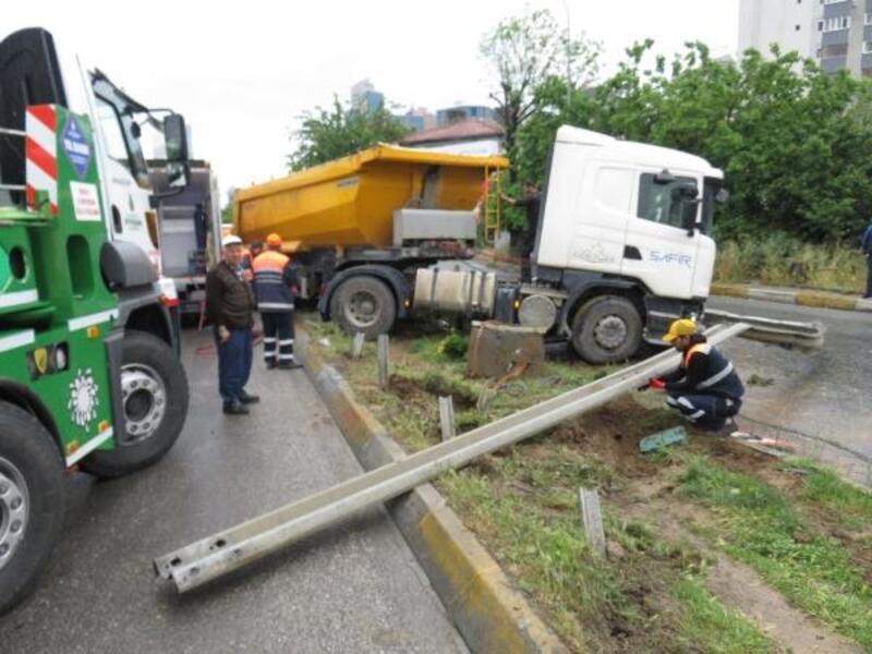 Kadıköy' de hafriyat kamyonu kazası