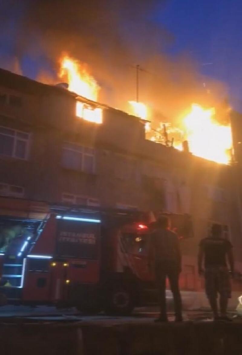 Gaziosmanpaşa'da 4 katlı binada çıkan yangın mahalleliyi sokağa döktü