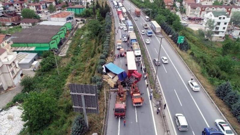 TEM'de TIR, kamyona çarptı; Ankara yönü ulaşıma kapandı