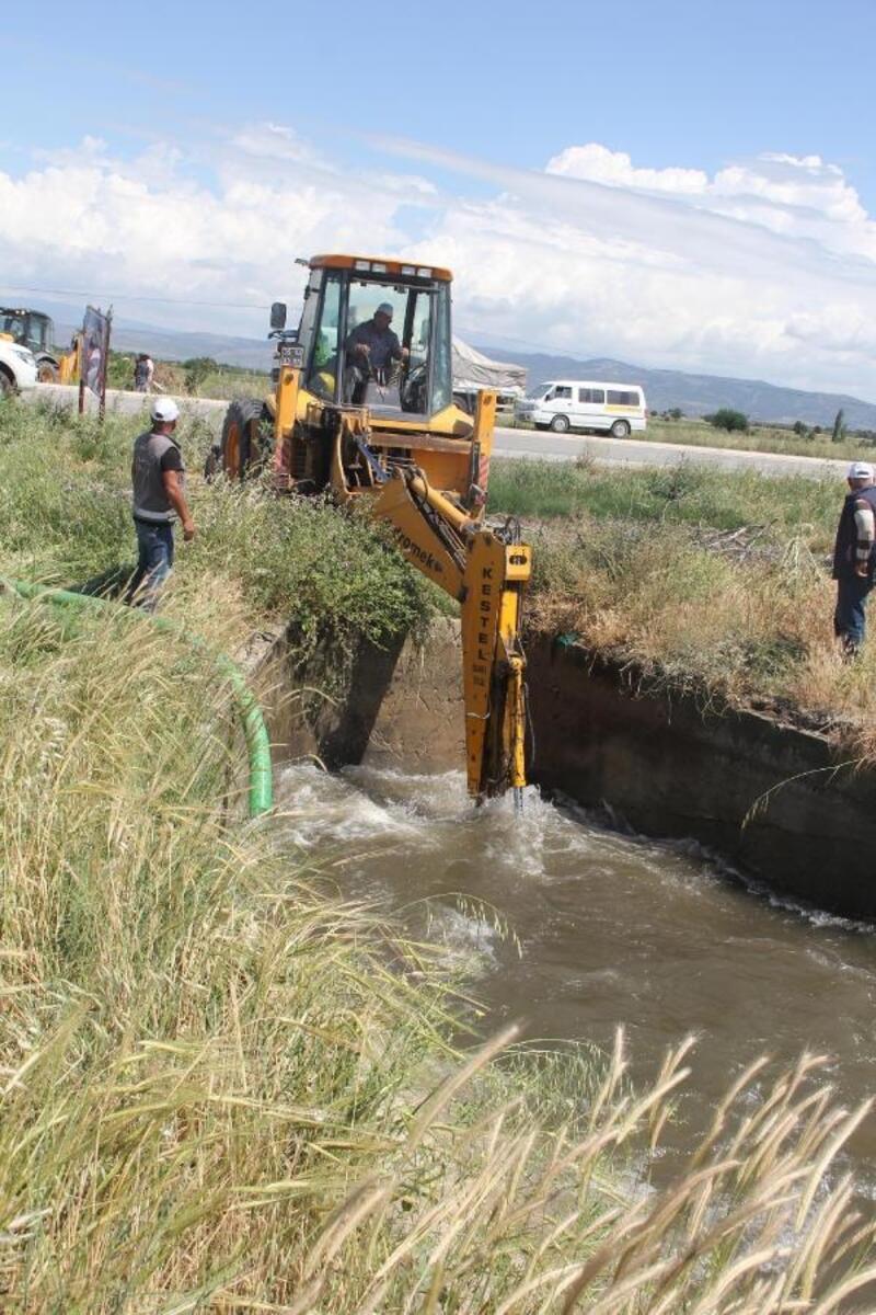 Tıkanan sulama kanalı taştı, yüzlerce dekar ekili alan zarar gördü
