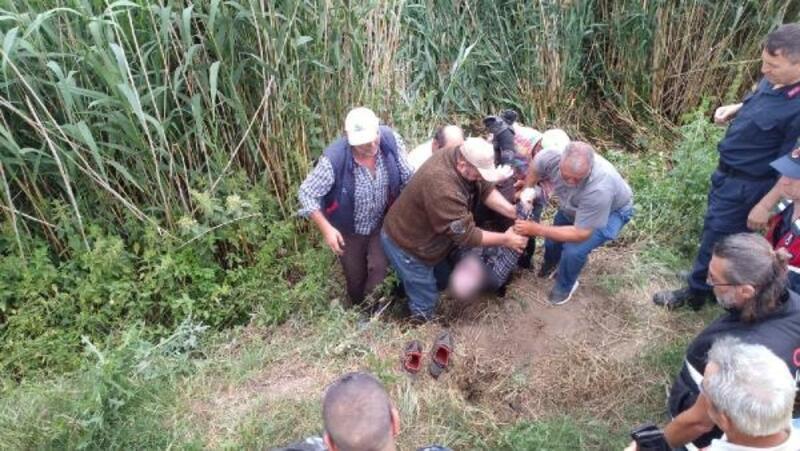 Kanala düşen traktörün altında kalan sürücü boğuldu