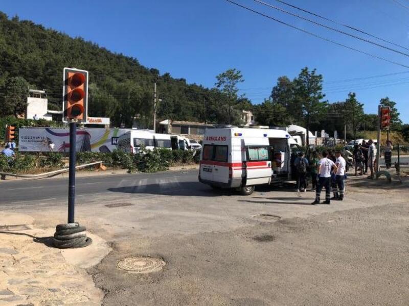 Öğrenci servisi, trafik ışığı ve tabelaya çarpıp refüje çıktı: 7 yaralı