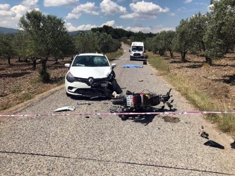 Otomobille çarpışan kasksız motosikletli öldü