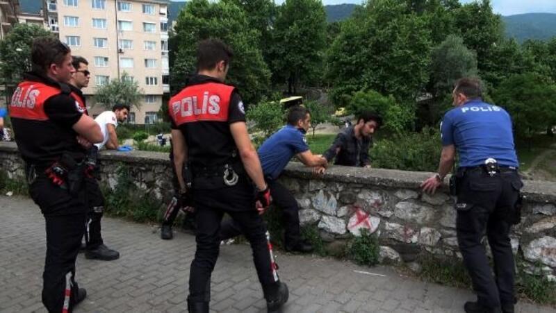Köprüden atlamak üzere olan genci polis kurtardı