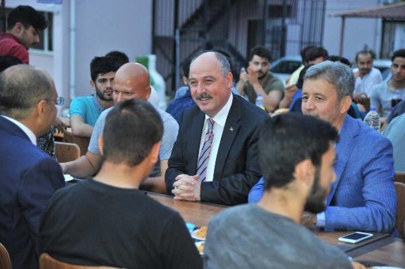 Vali Coşkun, yurtta kalan öğlencilerle iftar yaptı