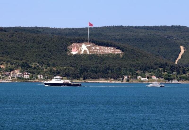 Rus askeri botu, çekilerek Çanakkale Boğazı'ndan geçti