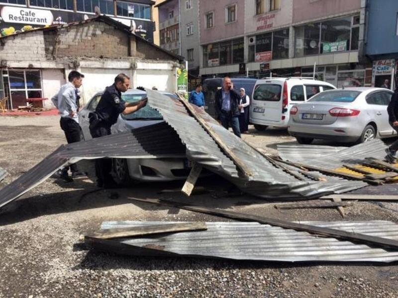 Ağrı'da fırtına çatıları uçurdu; 7 araç zarar gördü