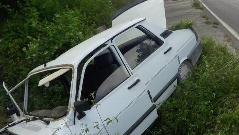 Otomobil menfeze devrildi: 2 yaralı