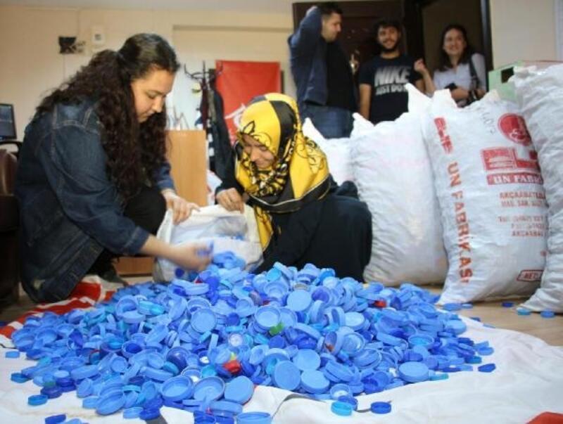 Üniversiteli gençler, 18 çuval mavi kapak topladı