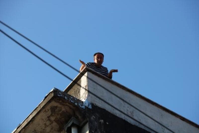 Havalı tüfekle çatıya çıktı; polisi harekete geçirdi