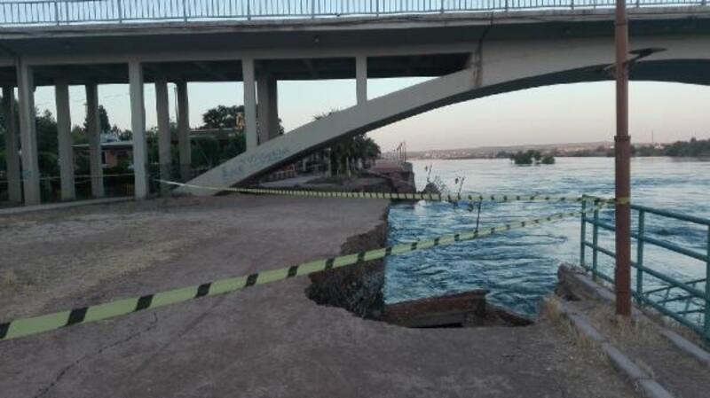 Birecik'te Fırat Nehri kıyısındaki yol çöktü